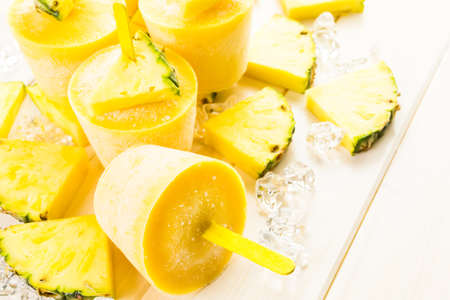 Zelfgemaakte lage calorie gemaakt met Mando, ananas en cocconut melk.