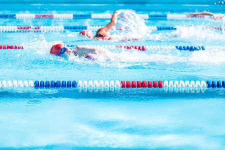 夏の間に屋外プールで子供の水泳大会。
