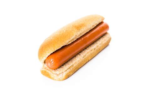 perro caliente: Perros calientes tradicionales en una candente pan de perro sobre un fondo blanco.