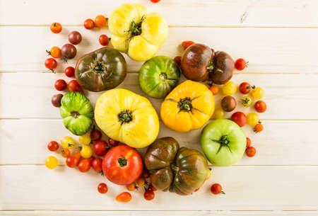 tomate cherry: Tomates reliquia orgánicos de granja urbana.