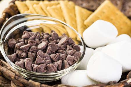 galleta de chocolate: Ingredientes bastones chapuzón preparado con grandes malvaviscos en sartén de hierro fundido.