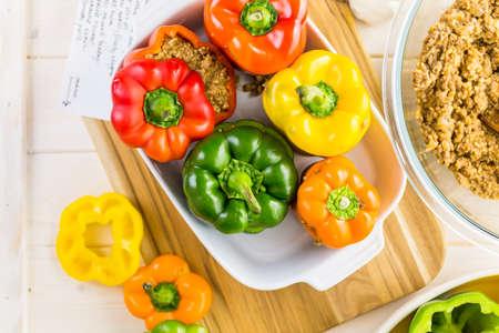 comidas saludables: Baja en calorías rellenos pimientos con carne molida de pavo y arroz blanco. Foto de archivo