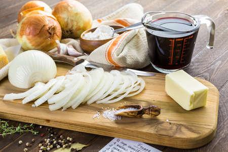 cebolla blanca: Ingredientes para hacer la sopa de cebolla francesa.