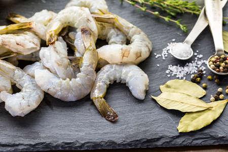 camaron: Raw camarón pelado con cola con limón a bordo sutting.