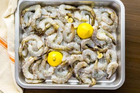 camaron: Raw camarón pelado con cola con limón listos para asar.