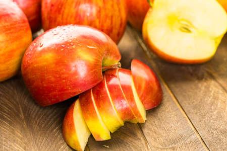 manzana: Variedad de manzanas orgánicas en rodajas en tabla de madera.