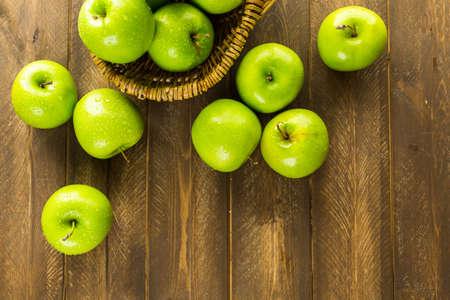 manzana: Orgánica manzanas Granny Smith en la mesa. Foto de archivo