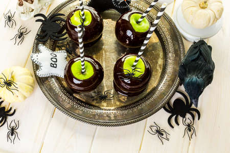 Homemade candy apples for Halloween party on the table. Imagens - 45748442