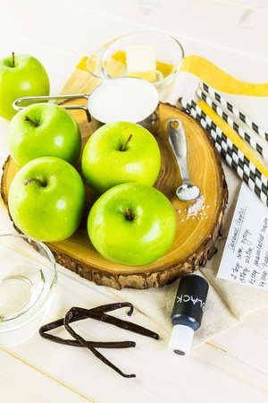 Ingredients for preparing homemade black candy apples. Imagens - 45748556