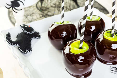 Homemade candy apples for Halloween party on the table. Imagens - 45748564