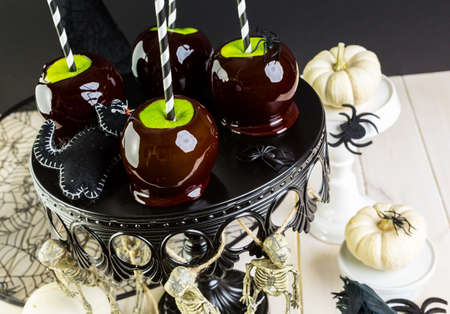 Homemade candy apples for Halloween party on the table. Imagens - 45748570