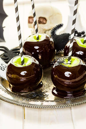 Homemade candy apples for Halloween party on the table. Imagens - 45748760