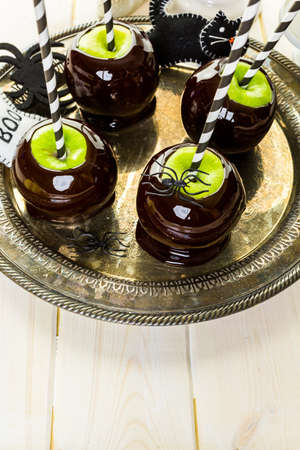 Homemade candy apples for Halloween party on the table. Imagens - 45748767
