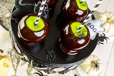 Homemade candy apples for Halloween party on the table. Imagens - 45748868