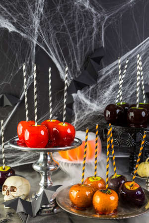 manzana: Tabla con las manzanas de caramelo de colores para la fiesta de Halloween.