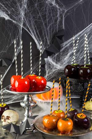 apfel: Tisch mit farbigen S��igkeiten �pfel f�r Halloween-Party.
