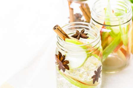 manzana agua: Agua de manzana Con una infusi�n de canela y an�s.