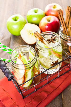 manzana agua: Infused apple water with cinnamon and anise. Foto de archivo