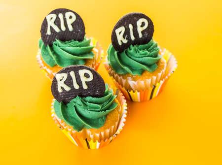 treats: Magdalenas con glaseado verde preparado como dulces de Halloween. Foto de archivo