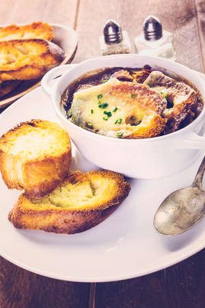 onion: Sopa casera de cebolla francesa con el baguette tostado.