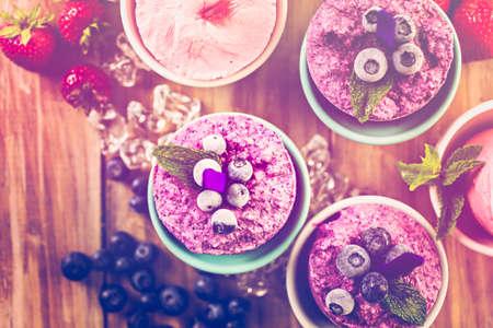 paletas de hielo: Arándanos y fresas paletas caseras hechas en vasos de plástico.