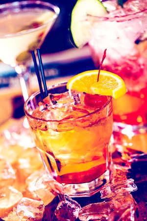 tomando alcohol: Cócteles de colores sobre la mesa de un bar en el restaurante. Foto de archivo