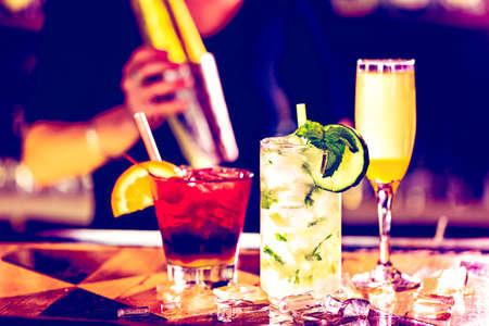 cocteles de frutas: Coctel colorido en la parte superior de la barra en el restaurante italiano.