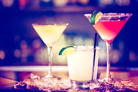 barra de bar: Variedad de cócteles en el bar.