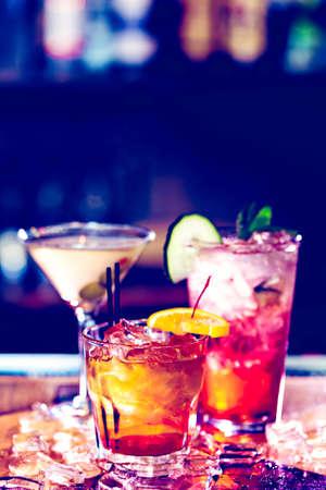 cocteles: C�cteles de colores sobre la mesa de un bar en el restaurante. Foto de archivo
