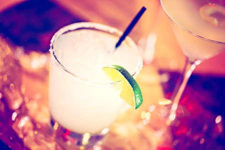 barra: Mojito adornado con rodaja de lim�n en el bar.