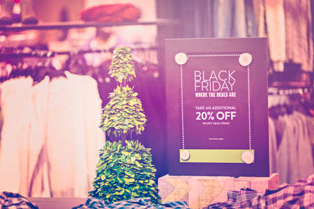 典型的な北アメリカのブラックフラ イデーのショッピング モールします。
