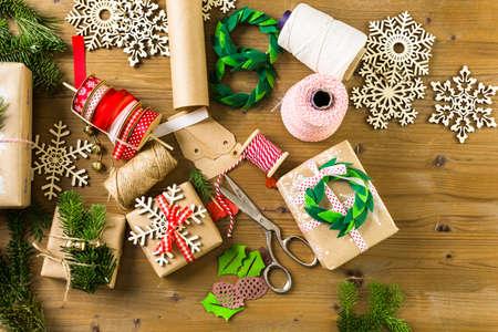 집에서 빈티지 스타일과 재활용 갈색 종이에 크리스마스 선물을 배치.