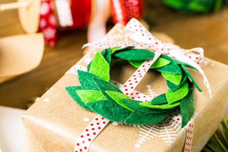 mode made: Wrapping Christmas gifts in recycled brown paper with vintage style at home.
