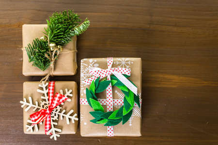 mode made: Christmas gifts wrapped in brown paper with red ribbons.
