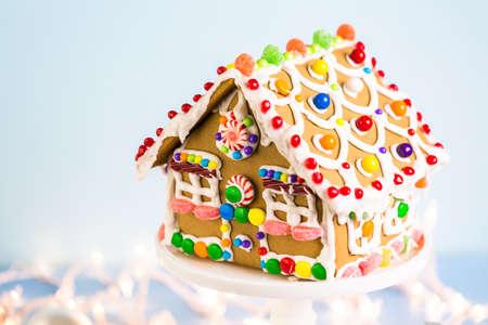 Lebkuchen-Haus mit weißen königlichen Zuckerguss und hellen Süßigkeiten. Standard-Bild - 49560905