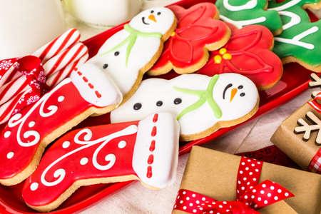 Hausgemachte Weihnachtsplätzchen mit bunten Zuckerguss verziert.