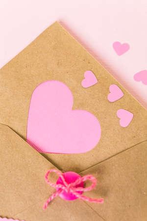 papel reciclado: Mano a mano la tarjeta de San Valentín de papel reciclado.