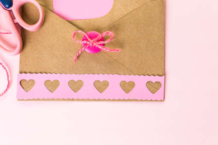 papel reciclado: Mano a mano la tarjeta de San Valent�n de papel reciclado.