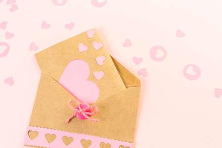 Handgemaakte wenskaart voor Valentijnsdag gemaakt van gerecycled papier.