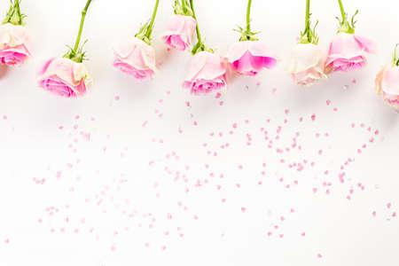 silhouette fleur: roses roses sur un bacckground blanc.