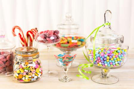 Veelkleurige snoepjes in glazen snoep potten. Stockfoto