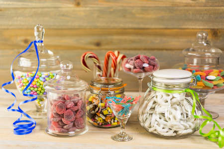 Veelkleurige snoepjes in glazen snoep potten.