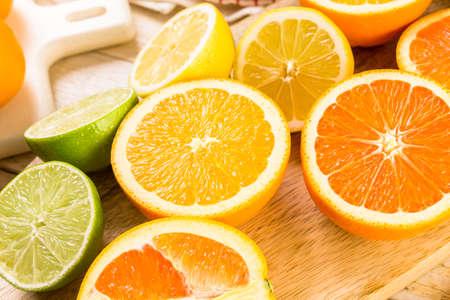 Variety of citrus fruit including lemons, lines, grapefruits and oranges. Imagens