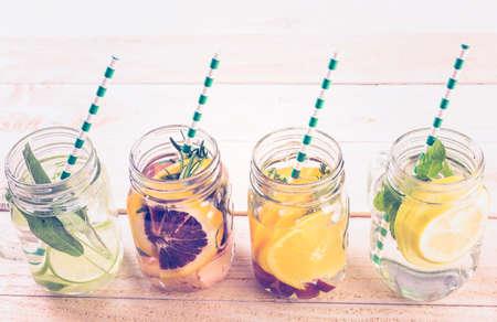 citricos: c�tricos desintoxicaci�n infunden el agua como bebida refrescante de verano. Foto de archivo