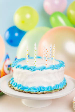 pastel de cumpleaños: Sencillo pastel de cumpleaños blanco con velas de la torta.