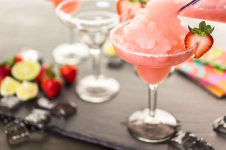 margarita cóctel: Coctel congelado margarita de fresa en vidrio de margarita. Foto de archivo