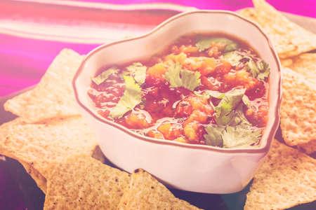 tortilla de maiz: salsa fresca en un recipiente blanco con chips de tortilla de maíz blanco.