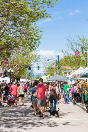 Parker, Colorado, USA-May 29, 2016. Weekend shopping on the Farmers Market in the Summer. 新闻类图片