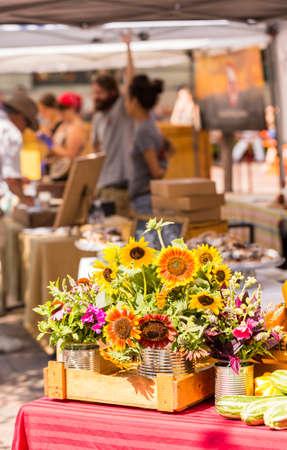 Weekend farmers market in downtown. 免版税图像