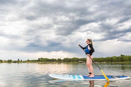 덴버, 콜로라도, 미국 -2006 년 7 월 23 일. 작은 연못에 레크 리 에이션 paddleboarding입니다.